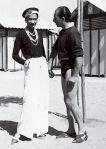 Coco Chanel vestindo pantalonas brancas